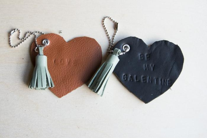 zwei Herzen aus Leder mit Quasten, Geschenke für Valentinstag, DIY Schlüsselanhänger