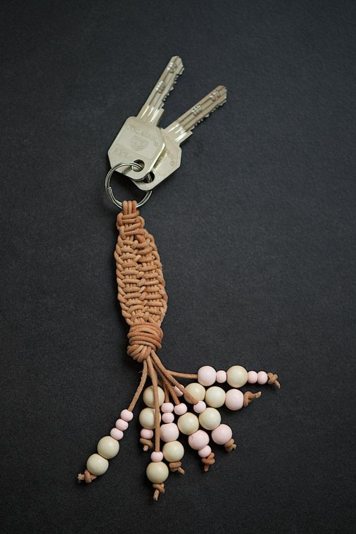Schlüsselanhänger flechten aus braunem Band, Holzperlen an den Ränden