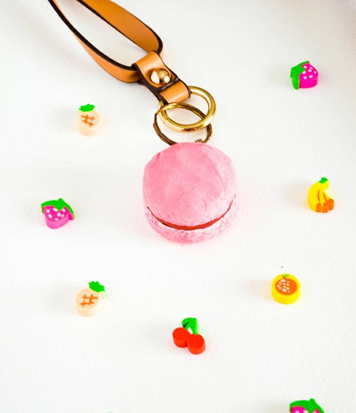 Makrone in rosa Farbe, Schlüsselanhänger basteln, viele Dekorationen