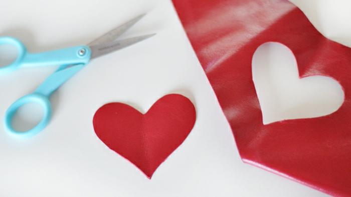 roter Leder, schneiden Sie ein Herz davon aus, Schlüsselanhänger selber machen