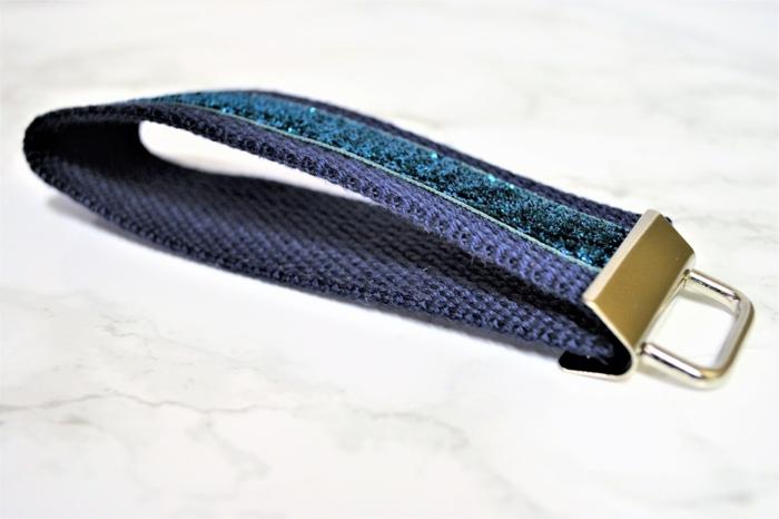 Schlüsselanhänger selber nähen, blauer Schlüsselanhänger mit blauen Streifen