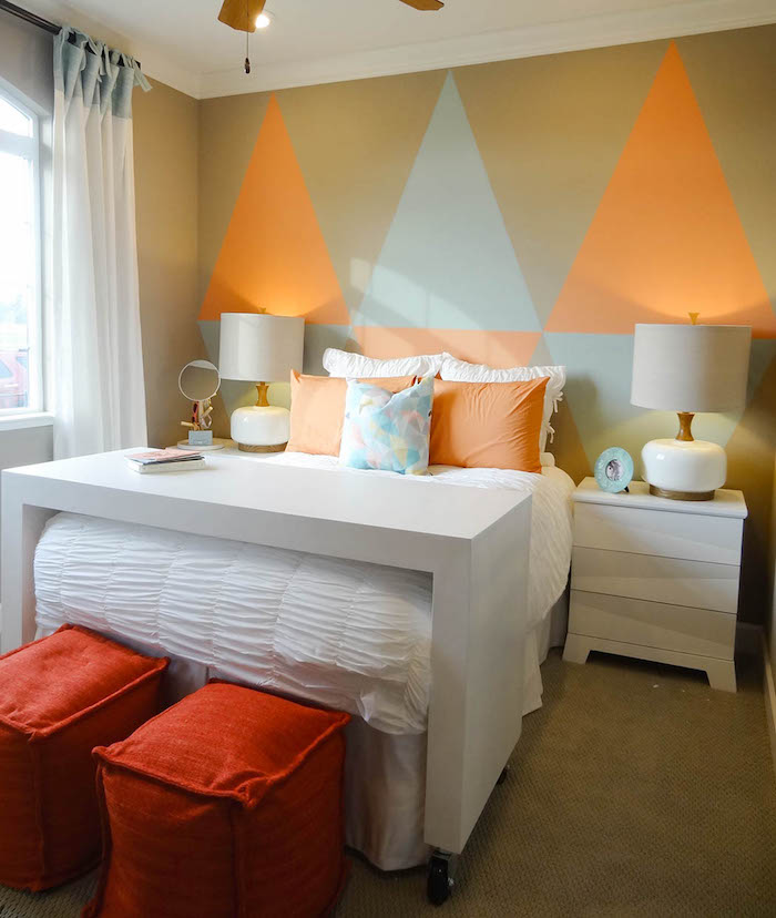 ein bett mit orangen und weißen kissen und ein weißer tisch und zwei weiße lampen und ein fenster mit einem weißen vorhang, schlafzimmer streichen ideen