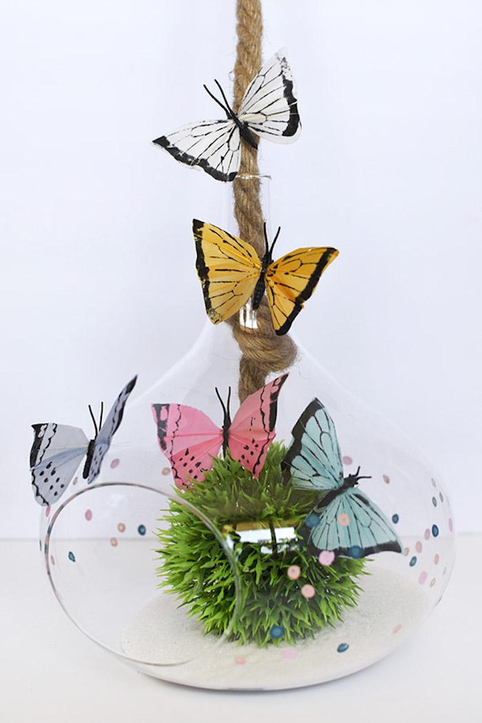 Bunte Schmetterlinge aus Papier in Glasgefäß, schöne Tischdeko für sommerliche Party