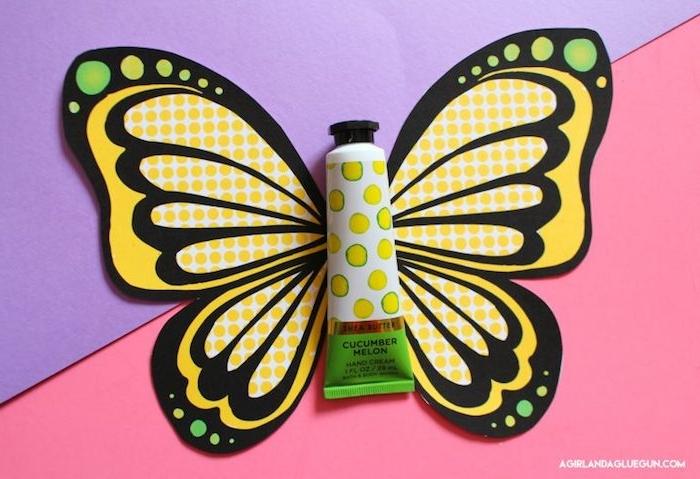 Handcreme mit Schmetterlingsflügeln dekorieren, DIY Geschenkidee zum Nachmachen