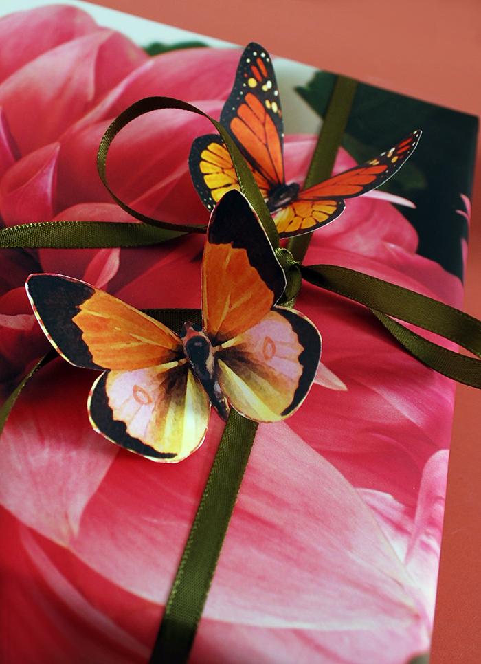 3D Schmetterlinge auf Geschenkverpackung kleben, schöne Deko Idee zum Nachmachen