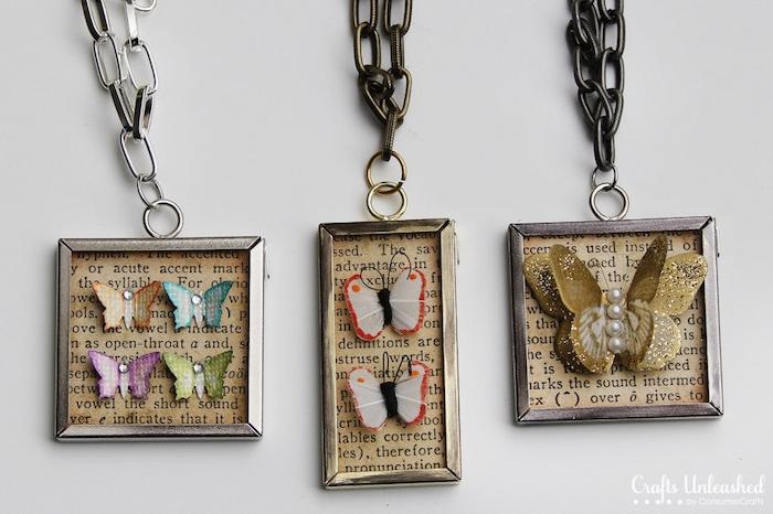Selbstgemachte Anhänger mit kleinen bunten Schmetterlingen, Halsketten selber basteln