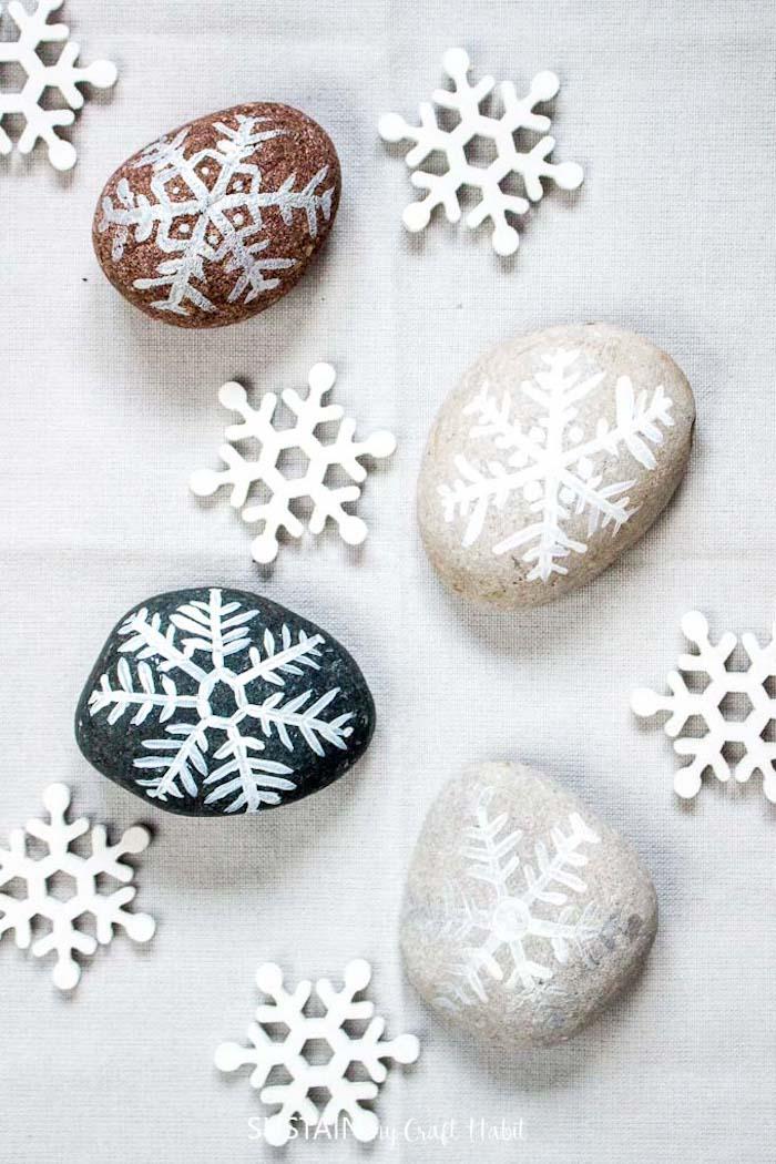 Tolle DIY Idee für Weihnachtsdeko, mit weißer Farbe Schneeflocken zeichnen