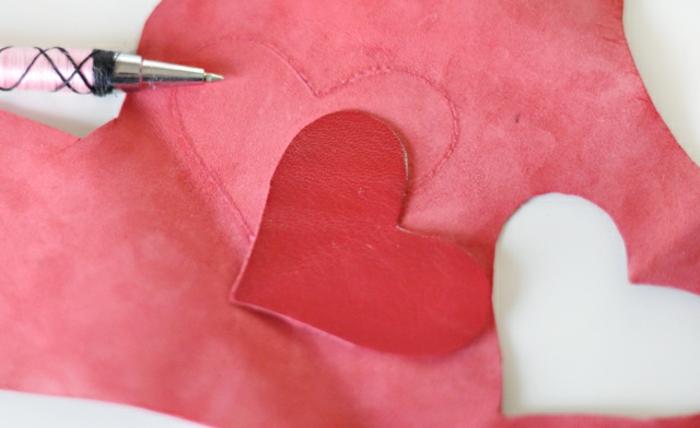 dasselbe Herz aus Leder formen, mit einem Kugelschreiber zeichnen, Schlüsselanhänger selber machen