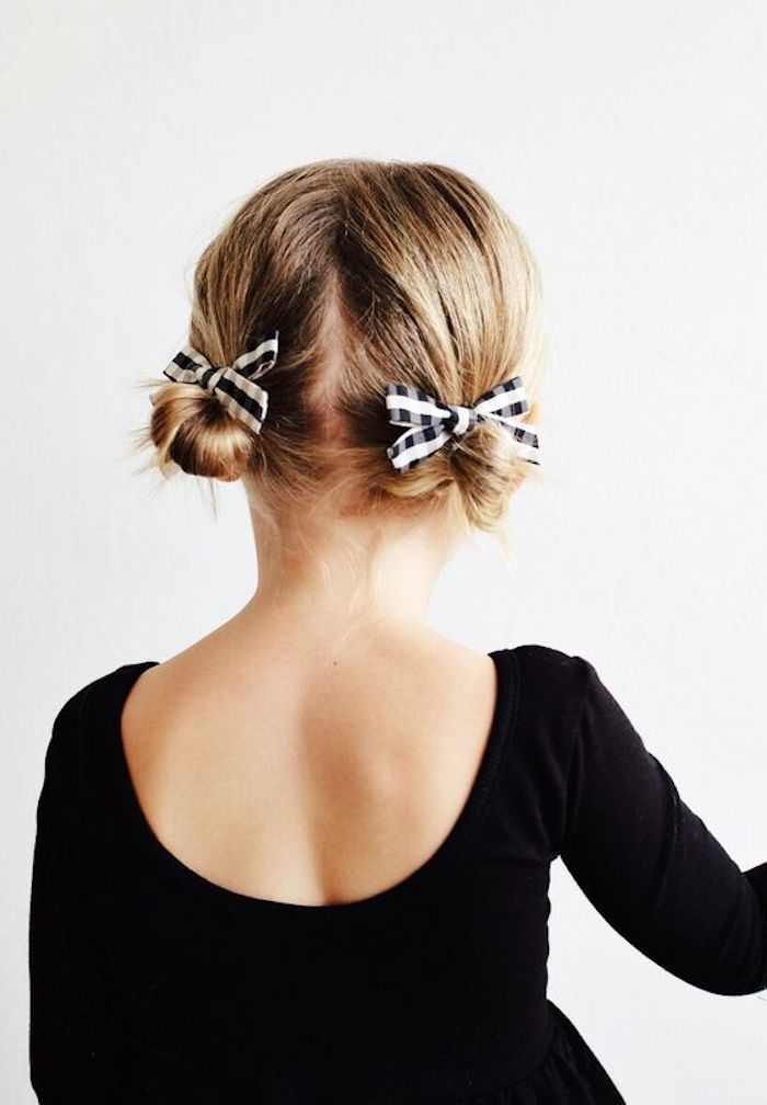 Double Bun mit Schleifen, dunkelblonde Haare, schwarzes Kleid mit langen Ärmeln