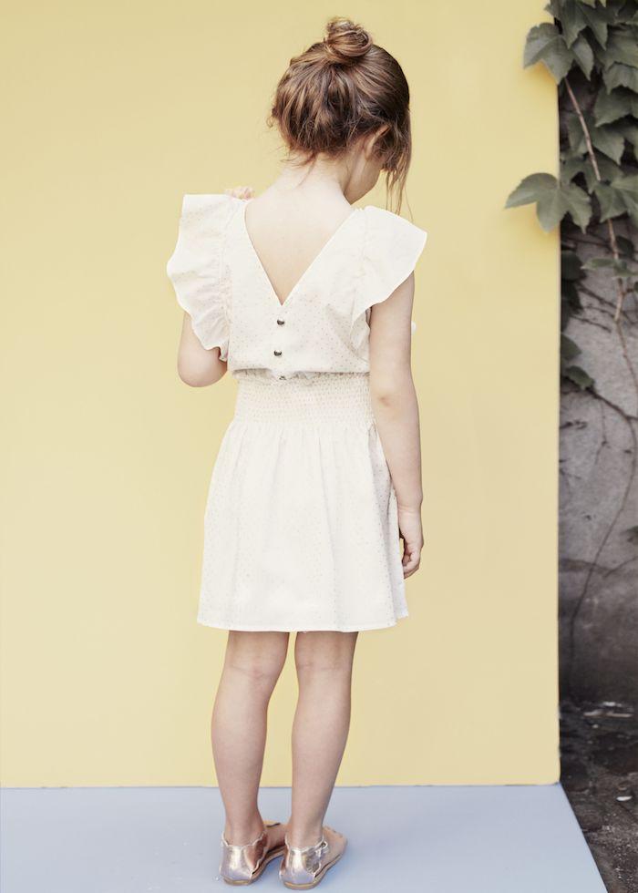 Messy Dutt für lange und mittellange Haare, weißes Sommerkleid und goldene Schuhe