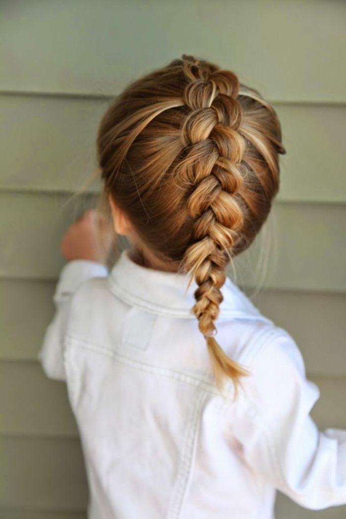 Fischgrätenzopf flechten, lange dunkelblonde Haare, weiße Jacke, Hochzeitsfrisuren für Kinder
