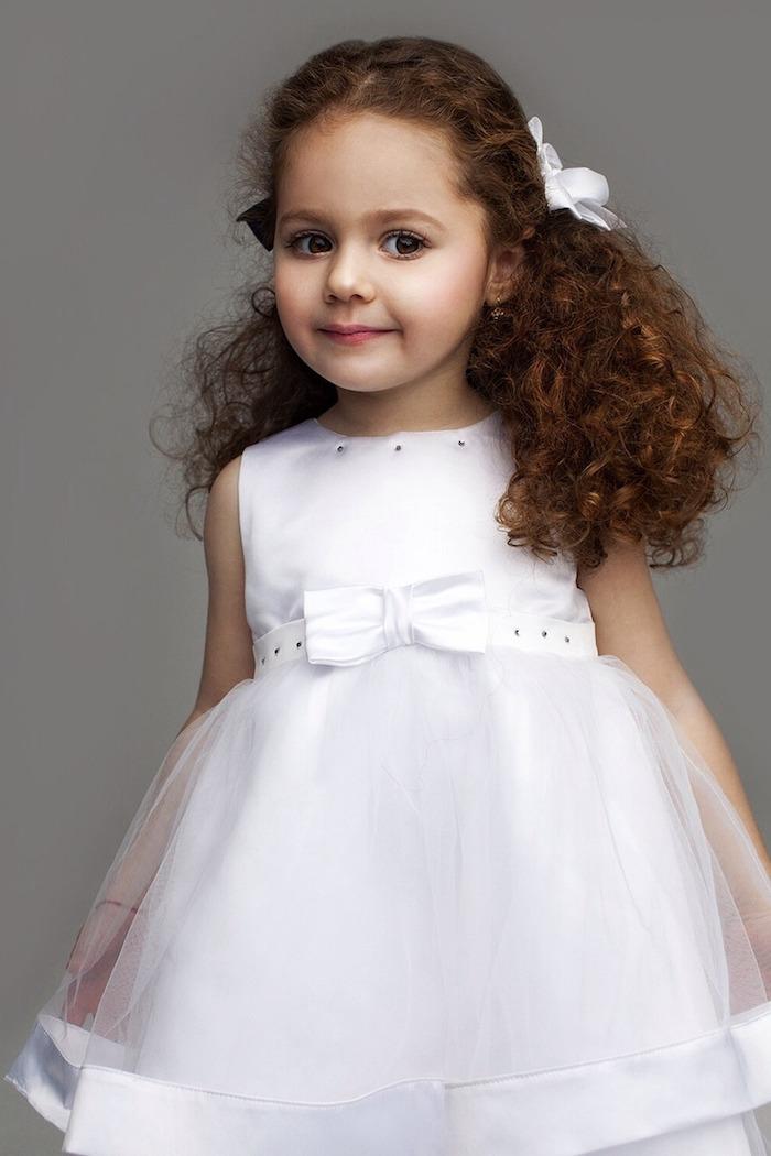 Lange lockige Haare, halboffene Frisur, weißes Kleid mit Tüll, Kleider und Frisuren für kleine Brautjungfern