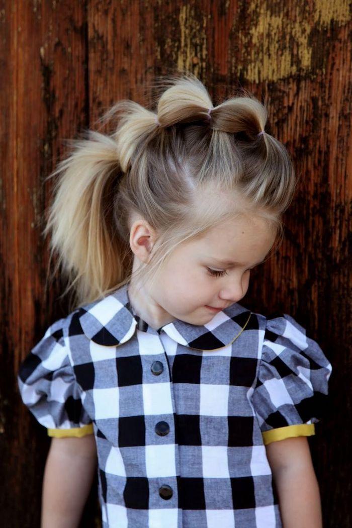 Kinderfrisur für besondere Anlässe, kariertes Hemd mit kurzen Ärmeln, lange blonde Haare