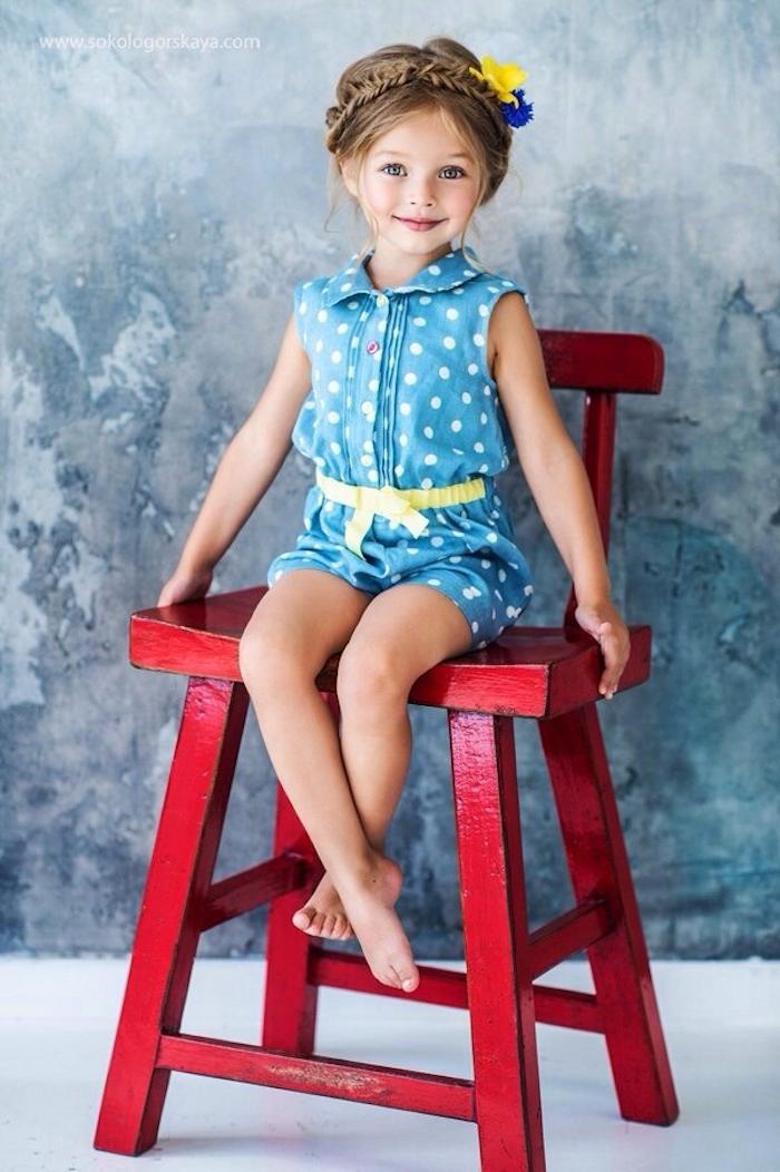 Haarkranz und echte Blumen im Haar, blauer Jumpsuit mit gelbem Gürtel, Ideen für Kinderfrisuren