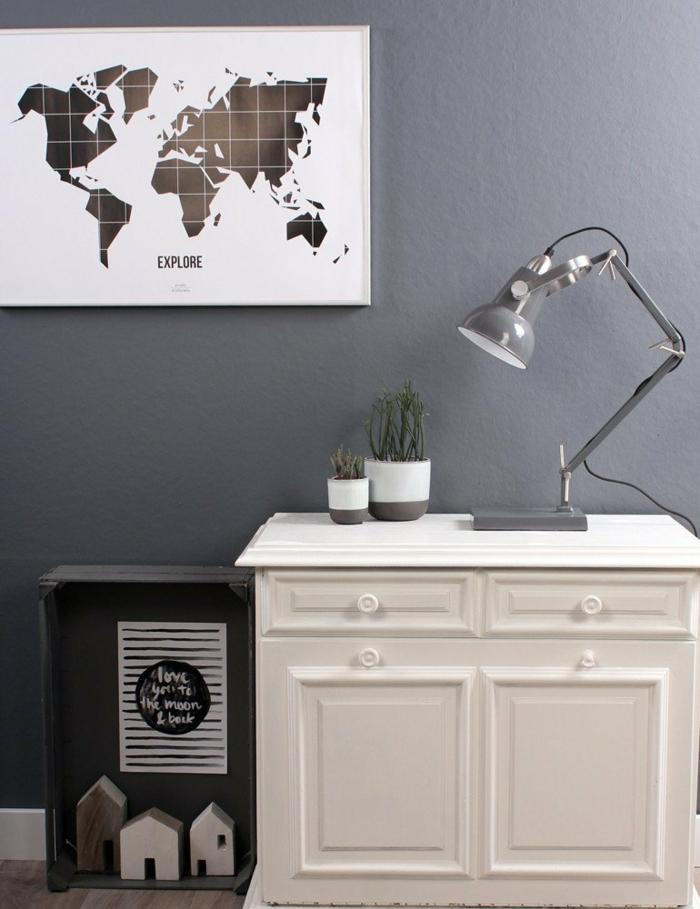 graue Wände, eine graue Lampe, eine Landkarte, weißer Schreibtisch