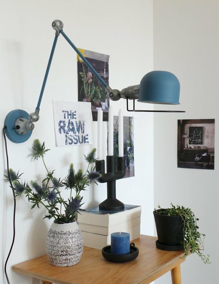 blaue gute Schreibtischlampe, viele Bilder und Pflanzen