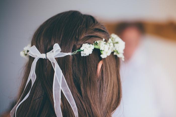 schulterlange haare stylen, eine idee für alle farben und längen von haaren, weißer kranz, schleife, accessoire für haare