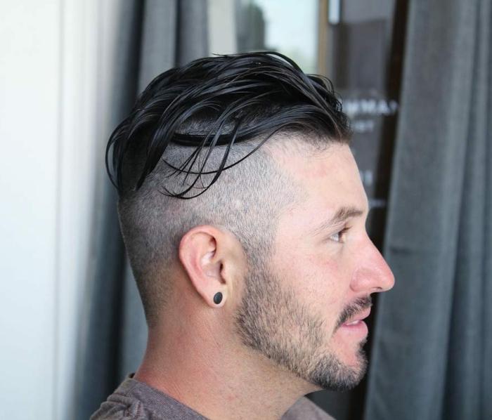 lange Haare in der Mitte von Kopf, welche Frisur passt zu mir, mit einem kurzen Bart