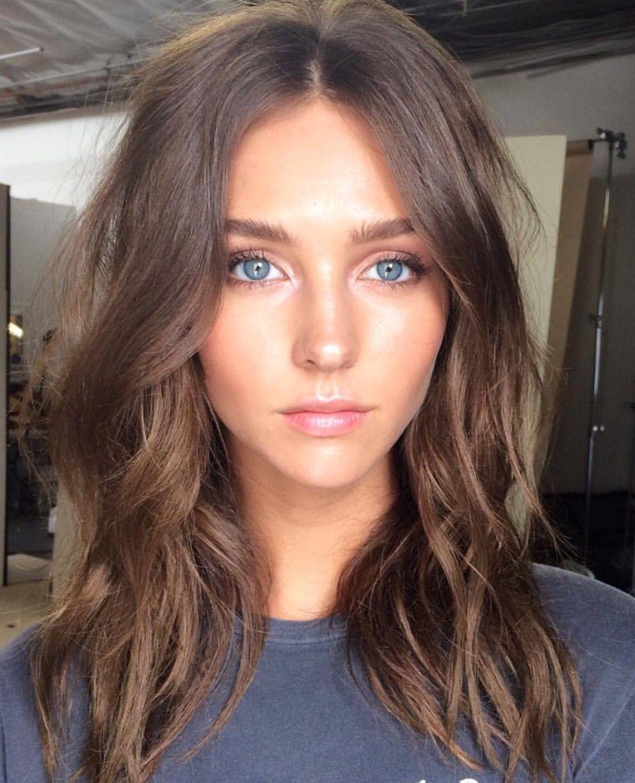 ein schönes Mädchen mit blauen Augen, braunem Haar, schulterlange Haare, Frisur ausprobieren