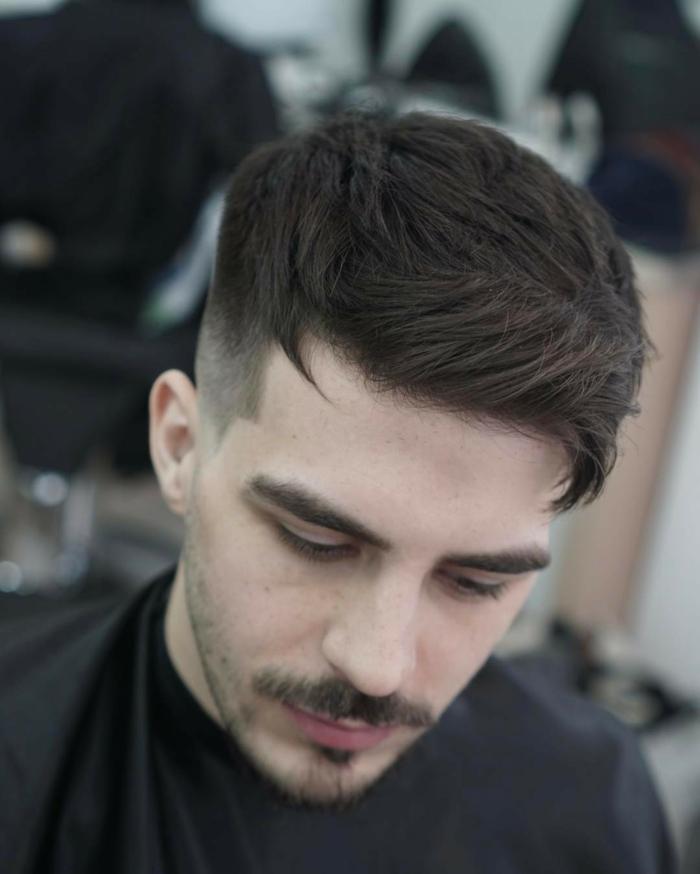 schwarze Haare, Schnurbart, Undercut Frisur, Undercut Männer Varianten, gut geformte Frisur