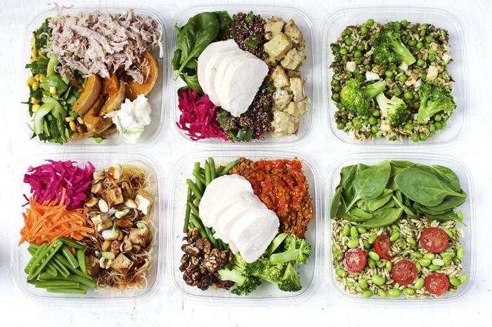 gesunde küche zu hause anrichten, leckeres essen mit naturprodukten kochen, fit und zufrieden leben, sechs schüsseln mit salaten zum mitnehmen