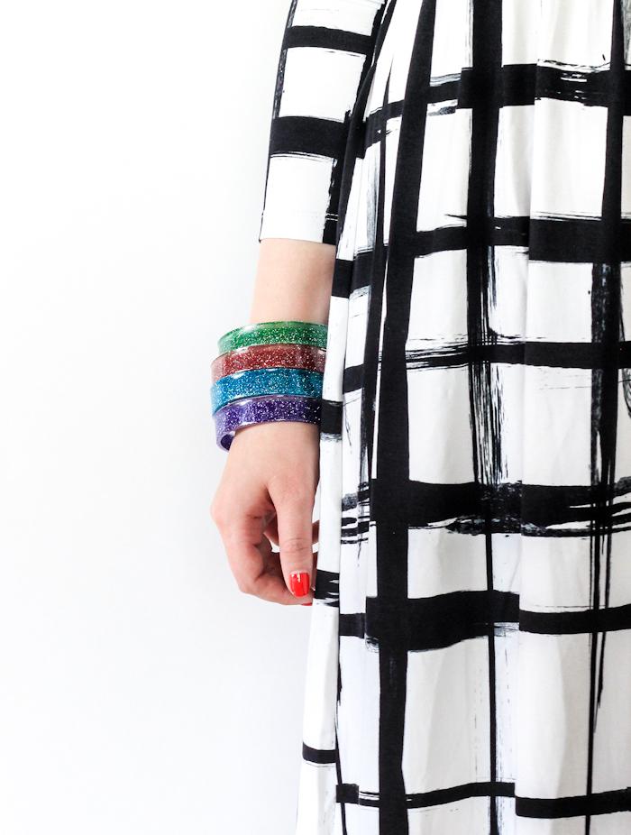 Bunte selbstgemachte Armbänder mit Glitter, DIY Geschenk für Freundin, roter Nagellack, Kleid in Weiß und Schwarz