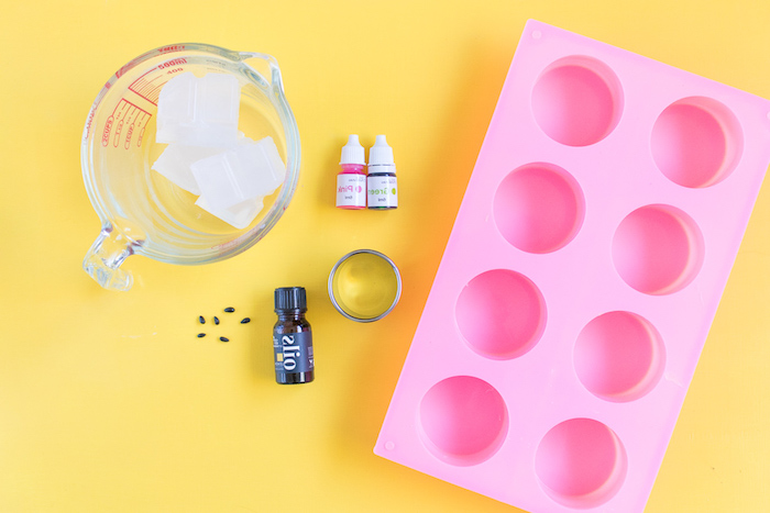 Seifen in Form von Wassermelonen selber machen, Zutaten und Rezept, Idee für handgemachtes Geschenk