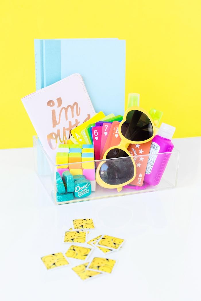 Geschenkbox zum Geburtstag selber arrangieren, Sonnenbrille Spielkarten und Pralinen darin