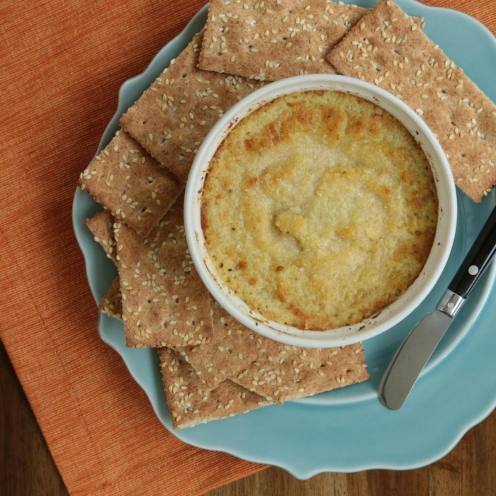 eine Brei und Crackers darauf zu schmieren, gesunde Gerichte zum Frühstück