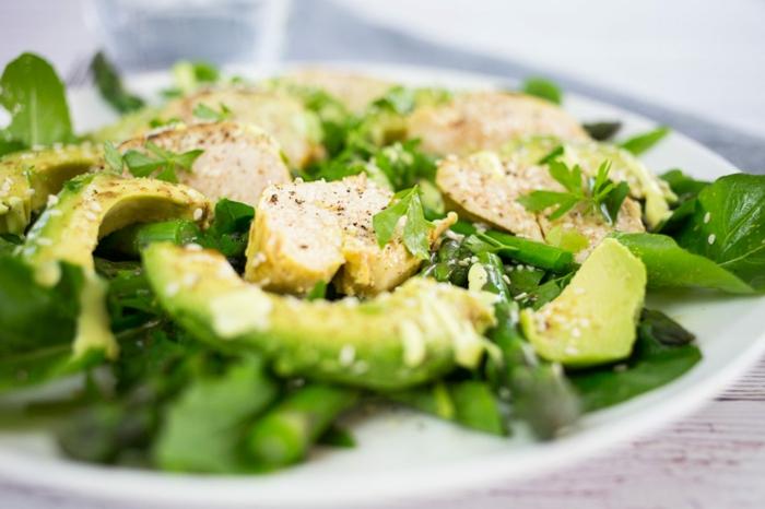 Hähnchenbrust, Avocado, Bohnen, Petersilien, mit Pfeffer und Salz gewürzt, raffinierte Salate