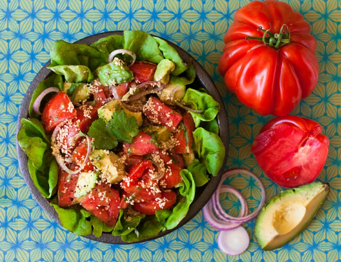 Avocado Tomaten Salat, Gartensalat, mit Sesam bestreut, mit Zwibel dekoriert