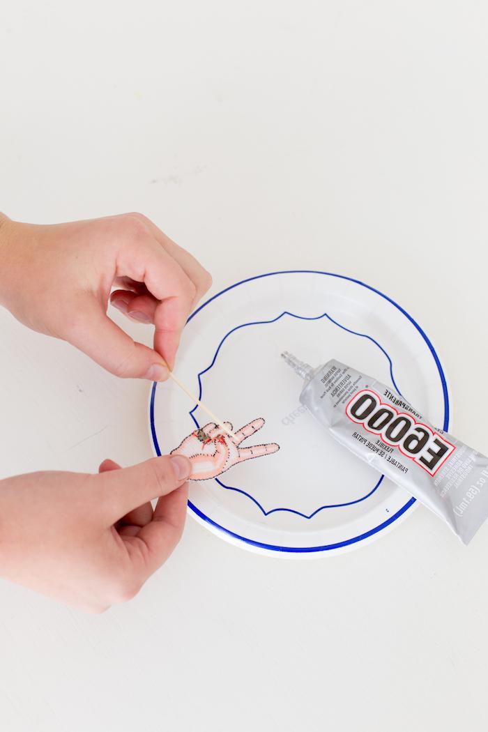 Kleber auf Sticker auftragen, simple Schuhe selber dekorieren, coole Idee für selbstgemachtes Geschenk