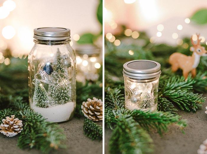 eine weihnachtsdekoration selber basteln mit tannenbaum und kleinen braunen zapfen, ein glas und ein brauner hirsch