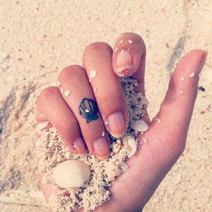 Muschel Tattoo am Ringfinger, sommerliche Tattoo Motive für Frauen