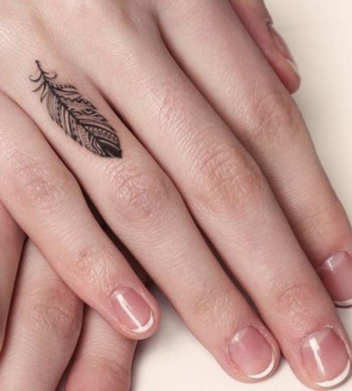 Feder Tattoo am Ringfinger, kleine Tattoo Motive für Frauen, französische Maniküre