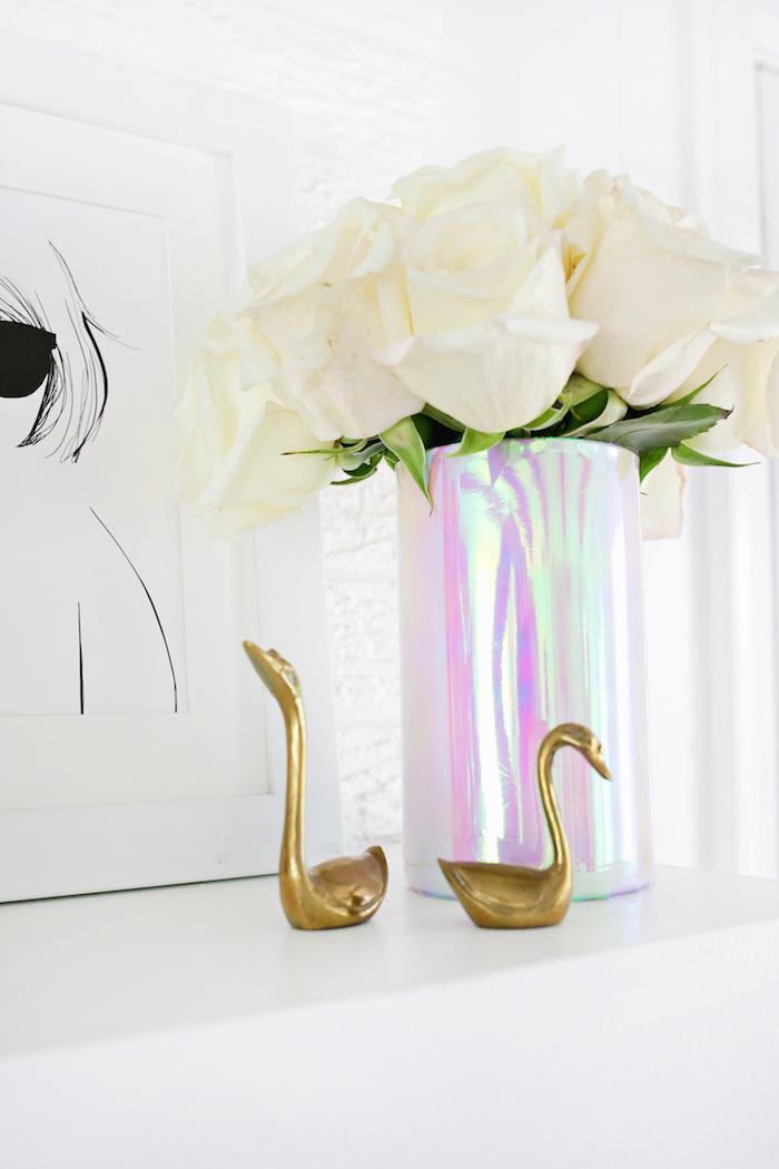 tischdeko selber machen, weiße rosen, kleine goldene figuren, chrome vase anleitung