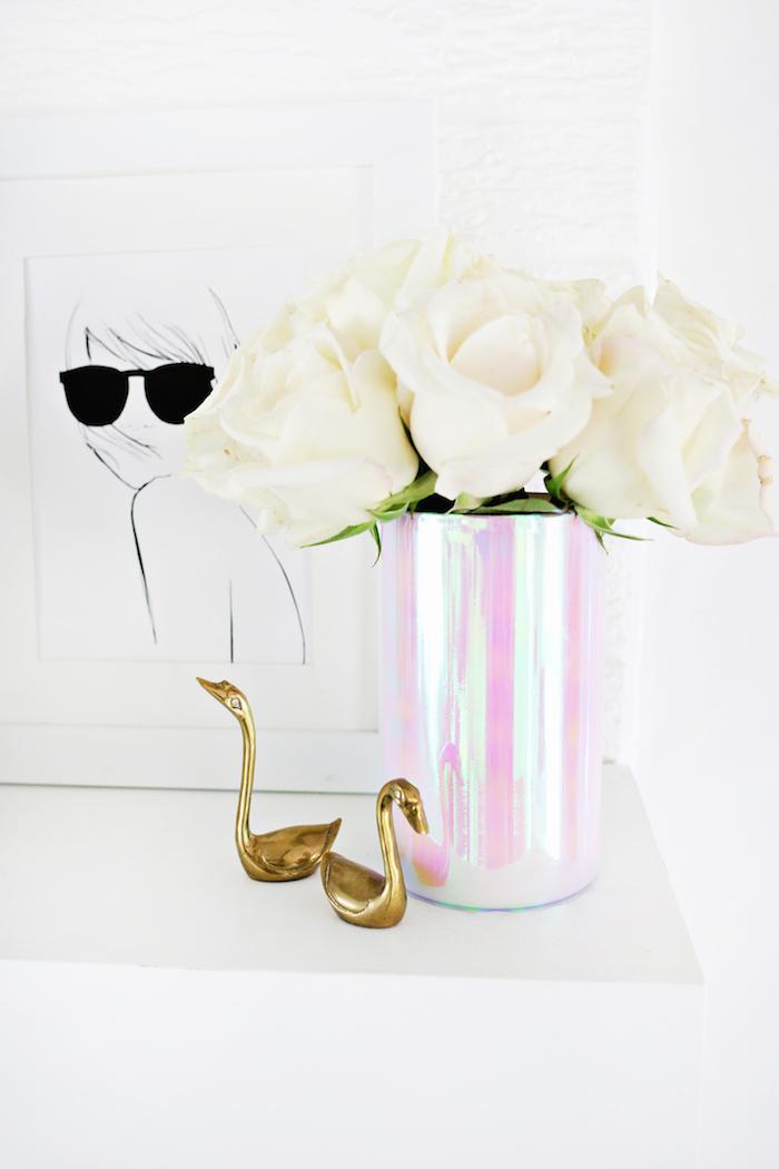 chrome vase tutorial, weiße rosen, kleine goldene figuren, tischdeko selber machen