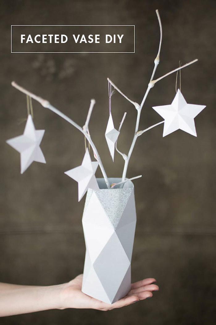 oigami vase aus weißem papier, diy anleitung, zweige mit sternen, tischdeko selber machen