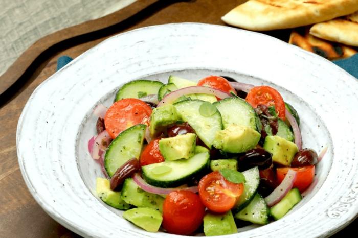Avocado Tomaten Salat, grichischer Salat mit Avocado, Tomaten, Gurken und roter Zwiebel