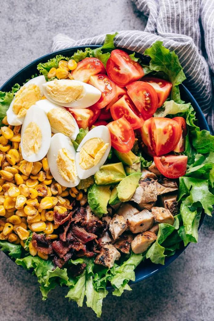 gekochte Eier, Kirschtomaten, Fleisch, Avocado Gemüse, Mais, Salatblätter