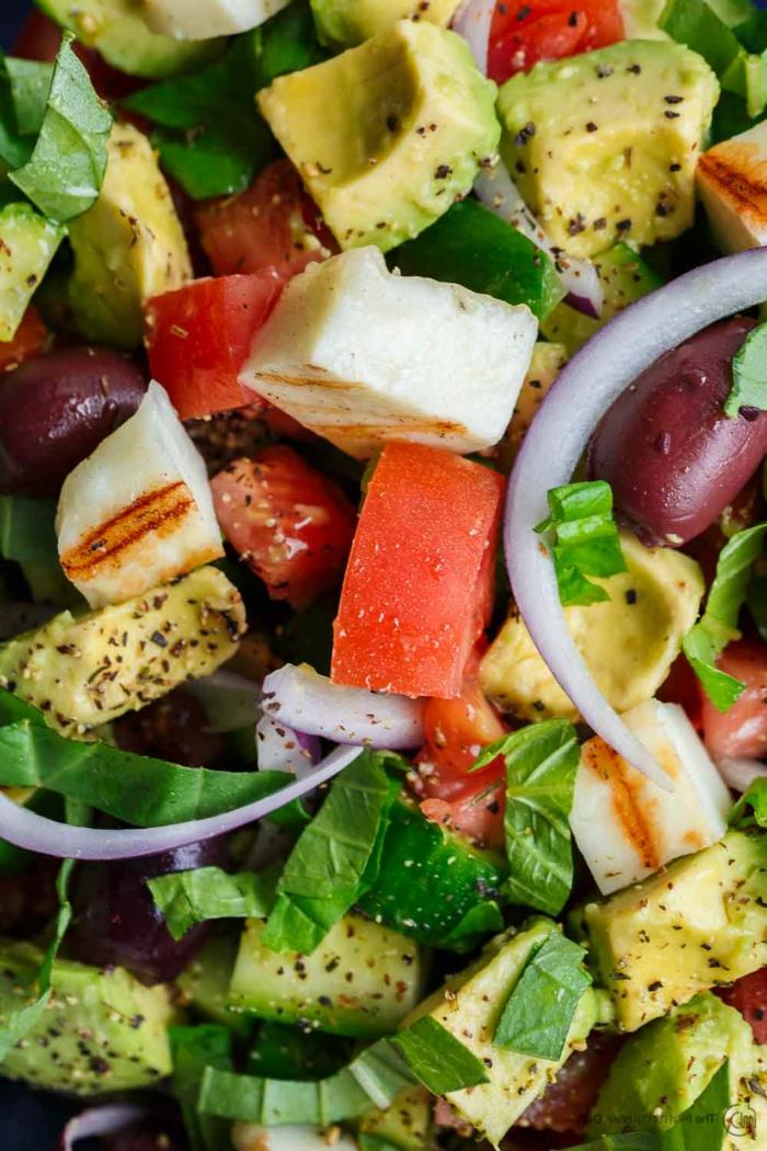 Avocado Gemüse, gegrilltes Hähnchen, rote Tomaten, roter Zwiebel, Petersilien