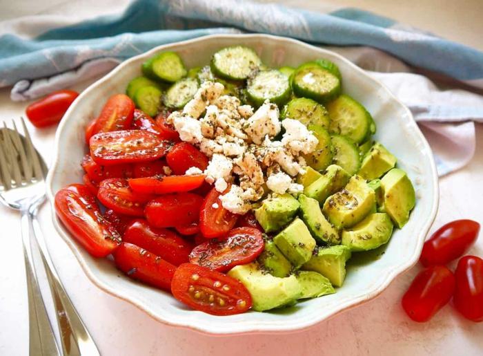 Avocado Tomaten Salat, Tomaten, Gurken, Avocado und Feta Käse in weißer Schale