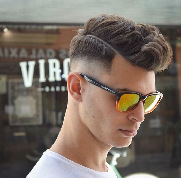 ein cooler Typ, Undercut Männer Varianten, gelbe Sonnenbrille, weißes T-shirt, Igelfrisur