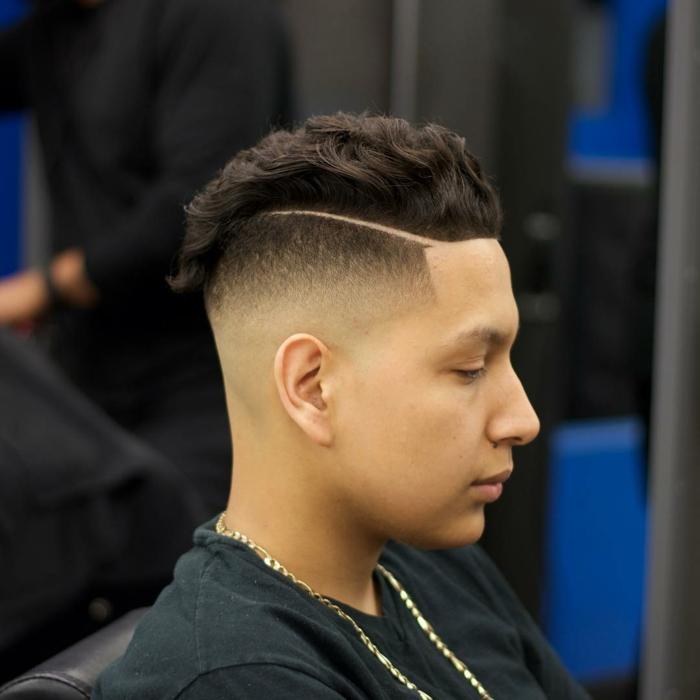 ein Jugendlichen mit Undercut Frisur, Undercut Männer Varianten, dunkelbraune Haare