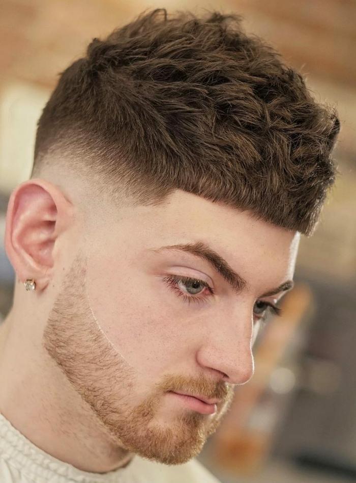 braune Haare, blaue Augen, ein cooler Mann, Herren Frisuren 2018, Etagenschnitt, lockige Strähnen