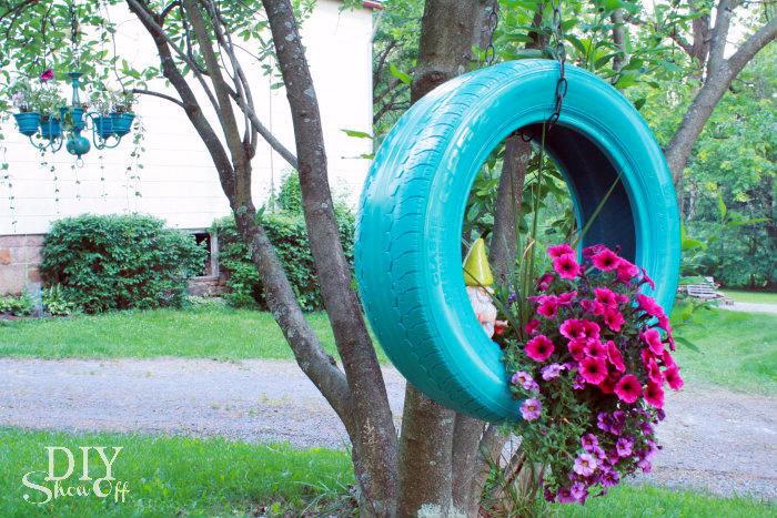 upycycling ideen zum selbermachen, reifen dekoriert mit blauer farbe, rosa blumen, hängender blumentopf