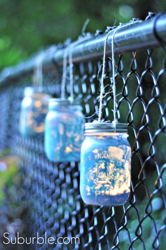 upcycling ideen zum selbermachen, netzzaun dekorieren, weinlichter aus einmachgläser