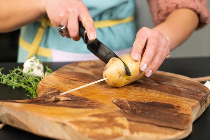 Hasselback-Kartoffeln backen, die Kartoffel fächerförmig einschneiden