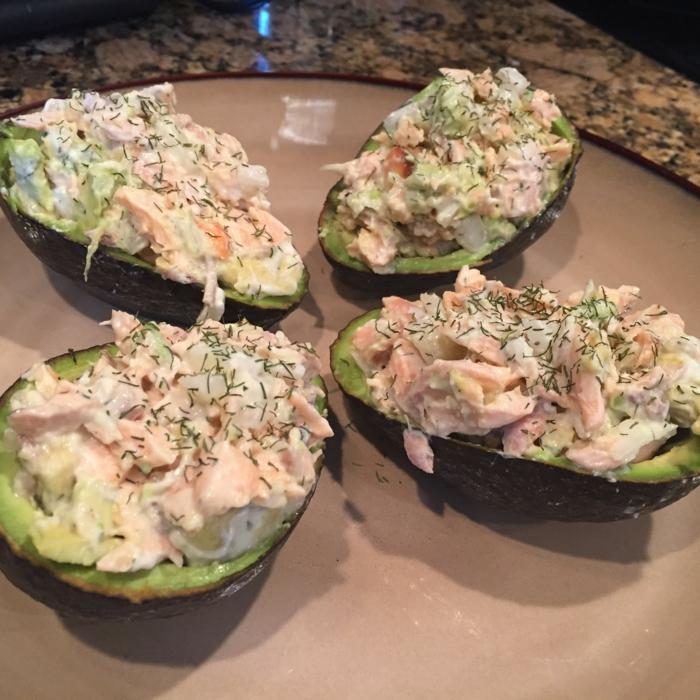zwei Avocados in der Mitte geschnitten, darin ein leckerer Fleischsalat, gesunde Gerichte