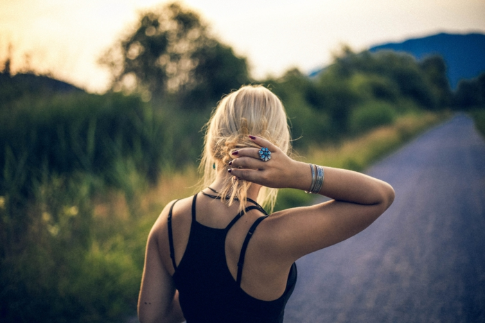 dünnes haar frisuren, ideen frisuren im sommer, blonde haare, gefärbte haare, schwarzer oberteil